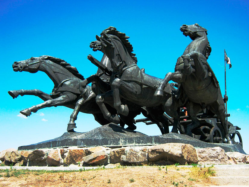 Памятник тачанке